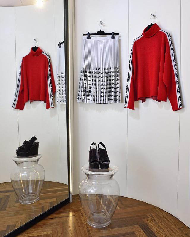 MSGM Suéter 100% lana y falda crepe de lana, hecho en Italia; Zapatos Castañer, hecho en España
