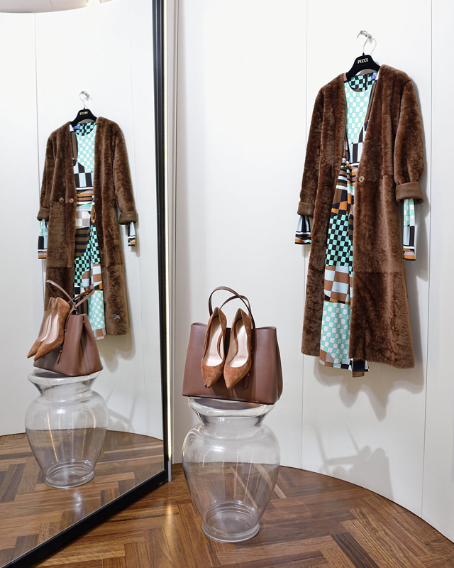 Abrigo Drome doble faz, reversible; Vestido Pucci 100% punto de seda; Bolso de Alaïa; Zapatos Gianvito Rossi - Colección Moda Otoño Invierno 2017 / 2018