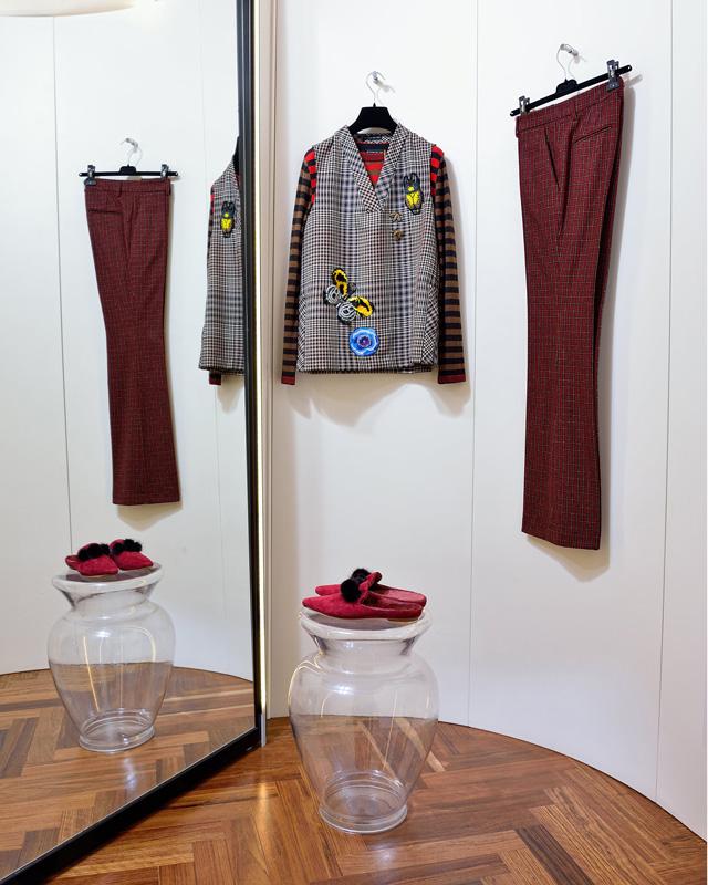 Suéter Etro 100% lana; Chaleco y Pantalón Etro 100% lana made in Italy; Zapatos Unützer