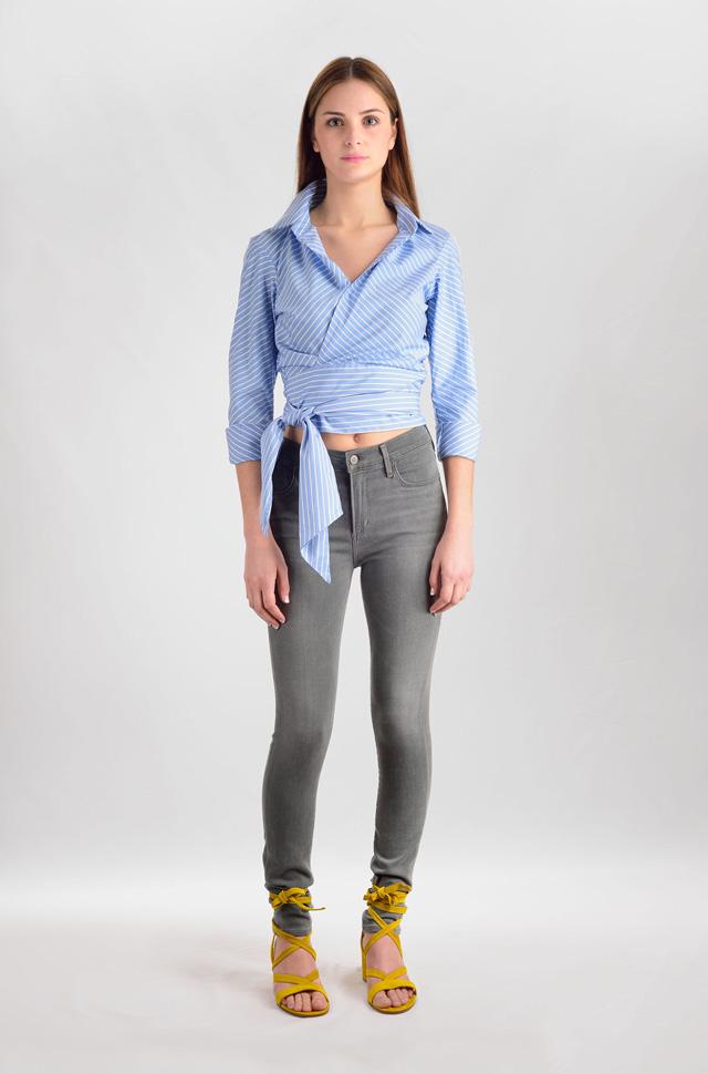 Camisa El Alquimista anudada a la cintura con pantalones de Citizens of Humanity