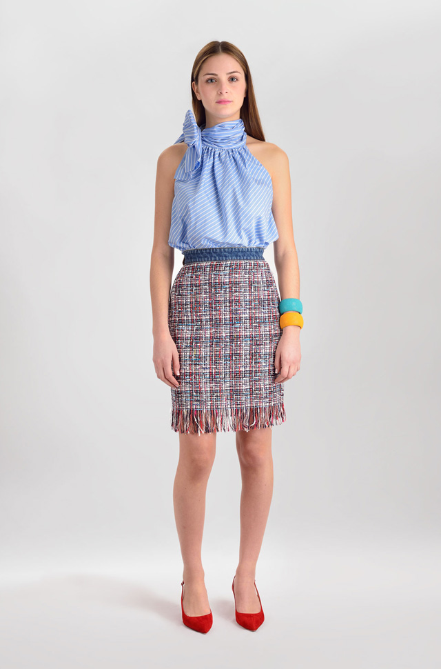 Camisa de El Alquimista con nudo en el cuello, falda de MSGM y zapatos de Gianvito Rossi  - Colección Moda Primavera Verano 2017