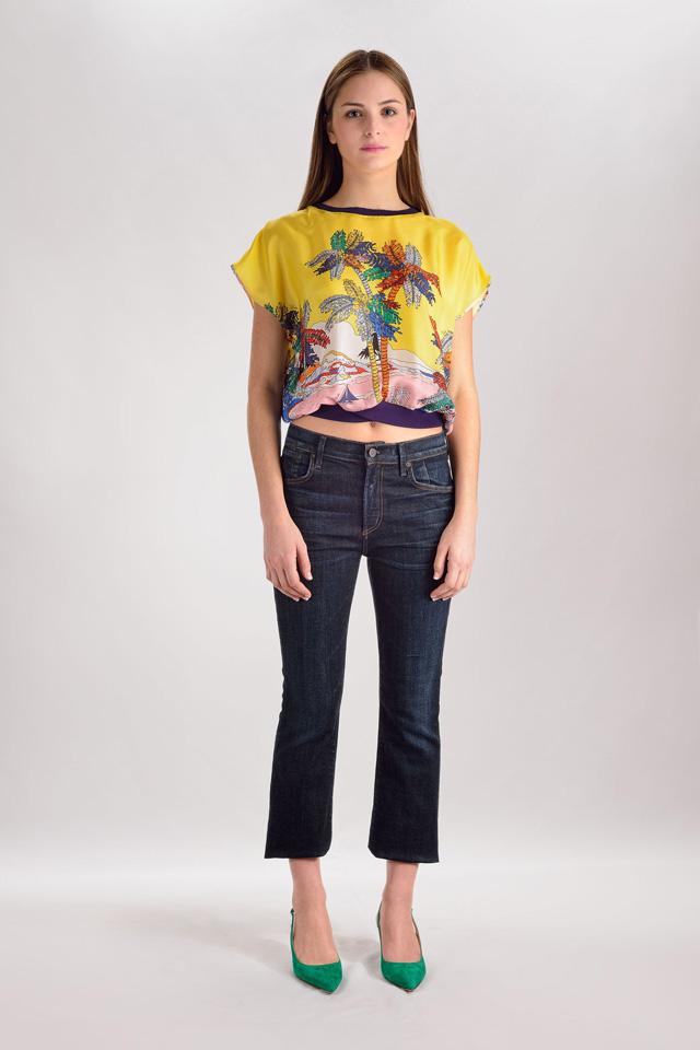 Blusa de Emilio Pucci, pantalones denim de Citizens of Humanity y zapatos de Gianvito Rossi
