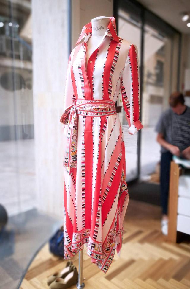 Vestido de Emilio Pucci desfile Primavera Verano 2018 de seda estampada con colores rojos y naranjas. Hecho en Italia.