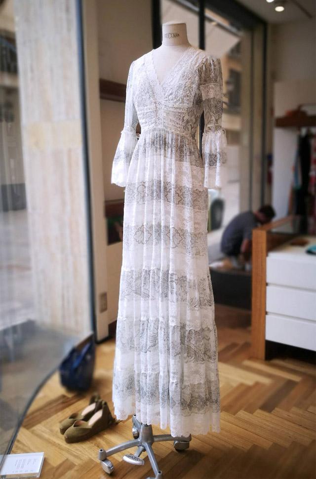 Vestido de ETRO del desfile Primavera Verano 2018 de seda blanca estampada con chantilly. Hecho en Italia.