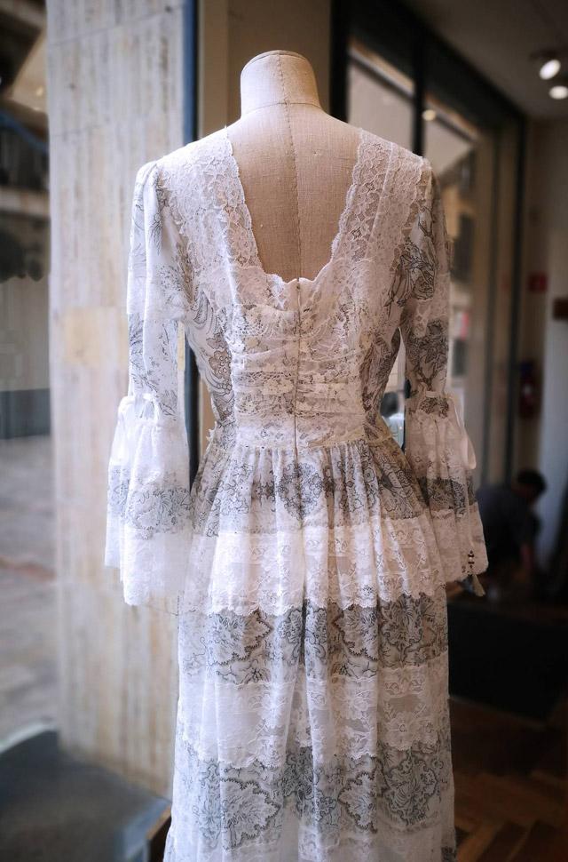 Vestido de ETRO del desfile Moda Primavera Verano 2018 de seda blanca estampada con chantilly. Hecho en Italia.