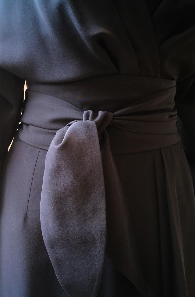 Vestido negro Michael Kors Collection Desfile Moda Primavera Verano 2018 Kimono 100% Seda