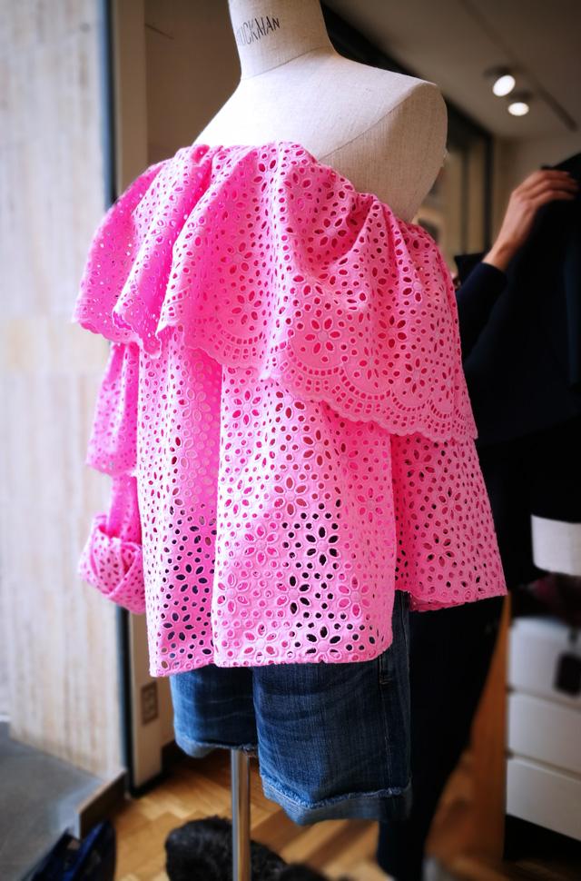 Top de MSGM asimétrico rosa de batista perforada de algodón, colección Resort Moda 2018 y pantalón denim de Citizens of Humanity.