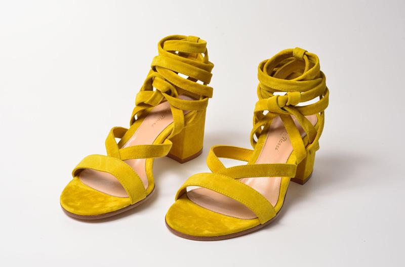 Sandalia de tacón medio de Gianvito Rossi color mostaza