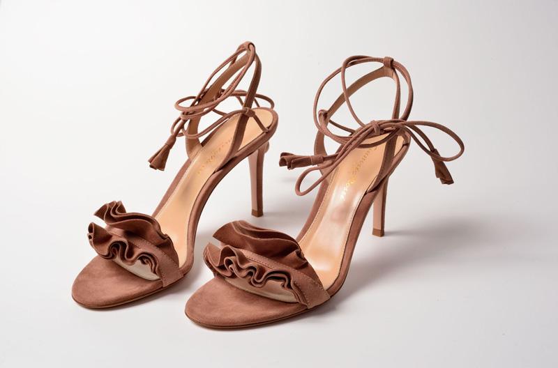 Sandalia de tacón alto de Gianvito Rossi color marrón y con volantes