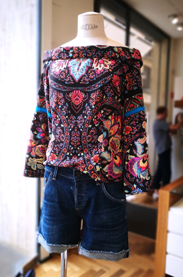 Top de Etro de seda estampada con pantalones denim cortos de Citizens of Humanity, colección desfile Moda Primavera Verano 2018.