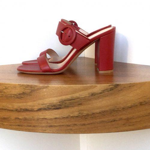 Sandalia Gianvito Rossi de napa color rojo tabasco, tacón de 8,5 cms.