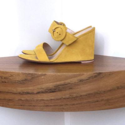 Sandalia con cuña de Gianvito Rossi 100% ante, amarillo y tacón de 8,5 cms