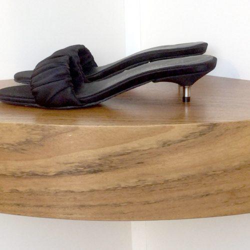 Sandalia Pedro García de satén color negro y tacón metálico de 4 cms.