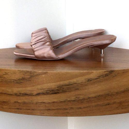 Sandalia Pedro García de satén color nude y tacón metálico de 4 cms.