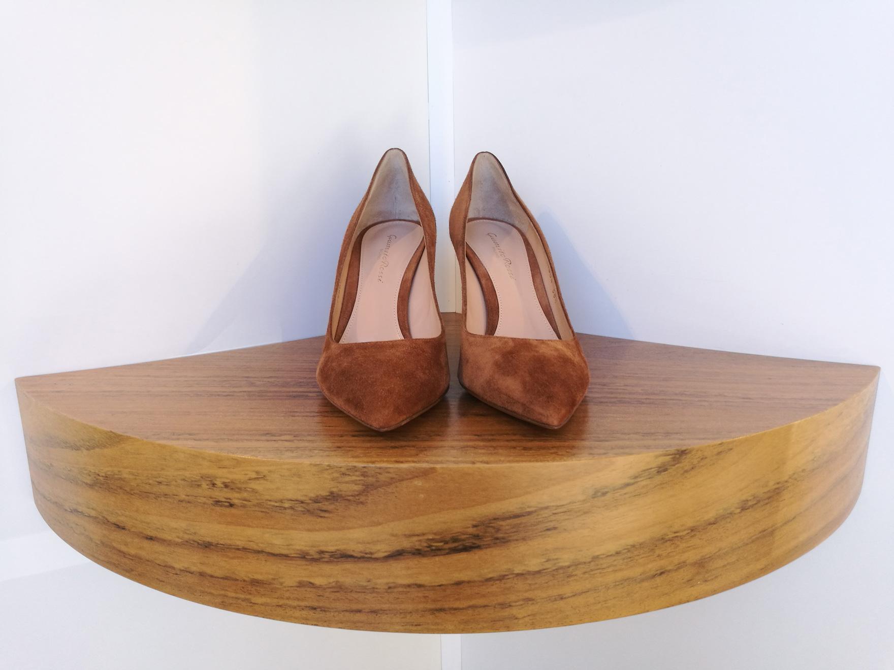 Zapato de salón de GIANVITO ROSSI de ante color marrón oscuro y talón cubierto