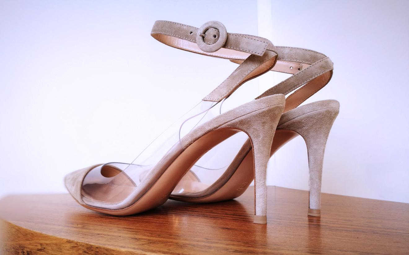 Zapato salón de GIANVITO ROSSI de vinilo y ante color beige y talón descubierto