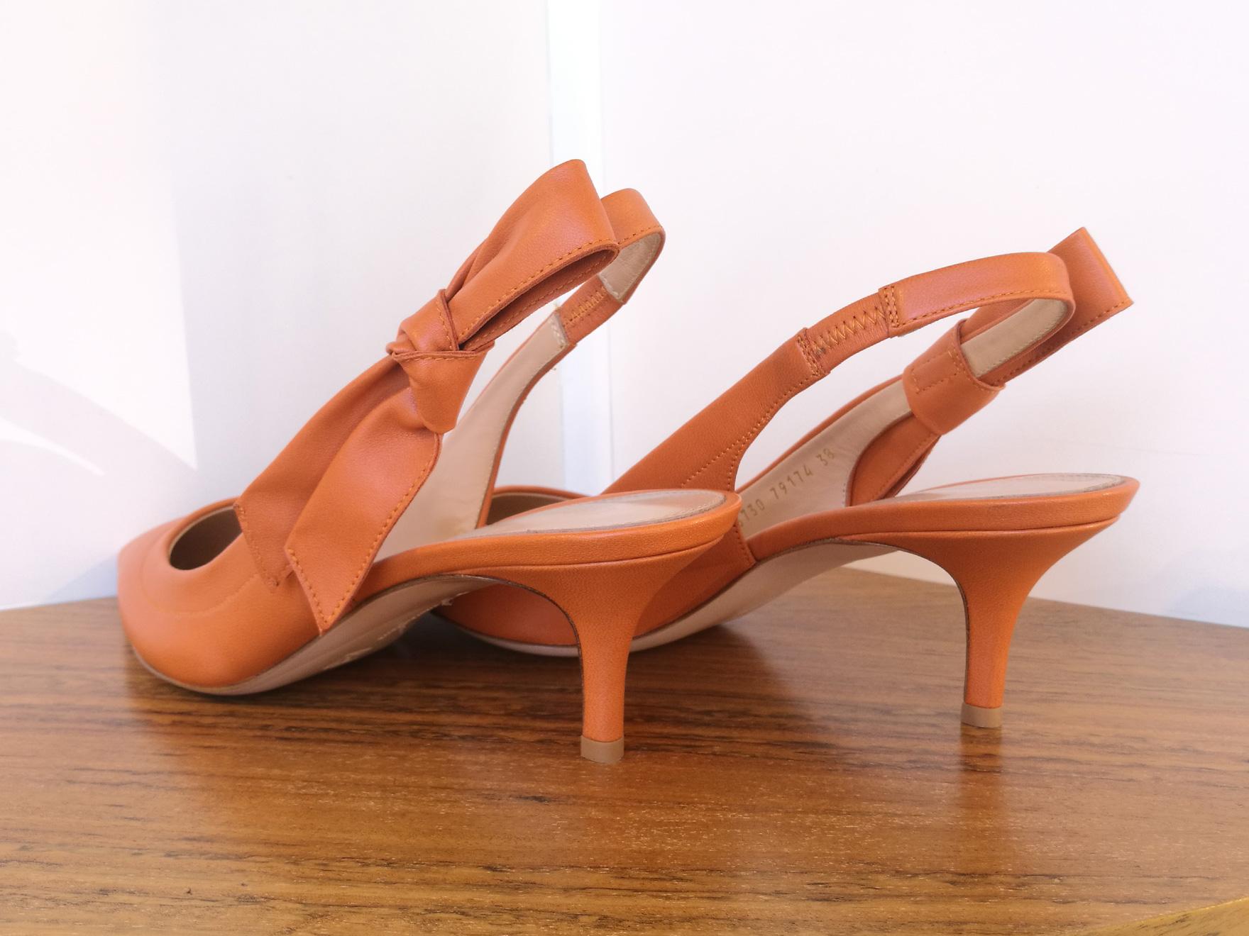 Zapato de salón de GIANVITO ROSSI de napa color naranja, lazo en pulsera y talón descubierto