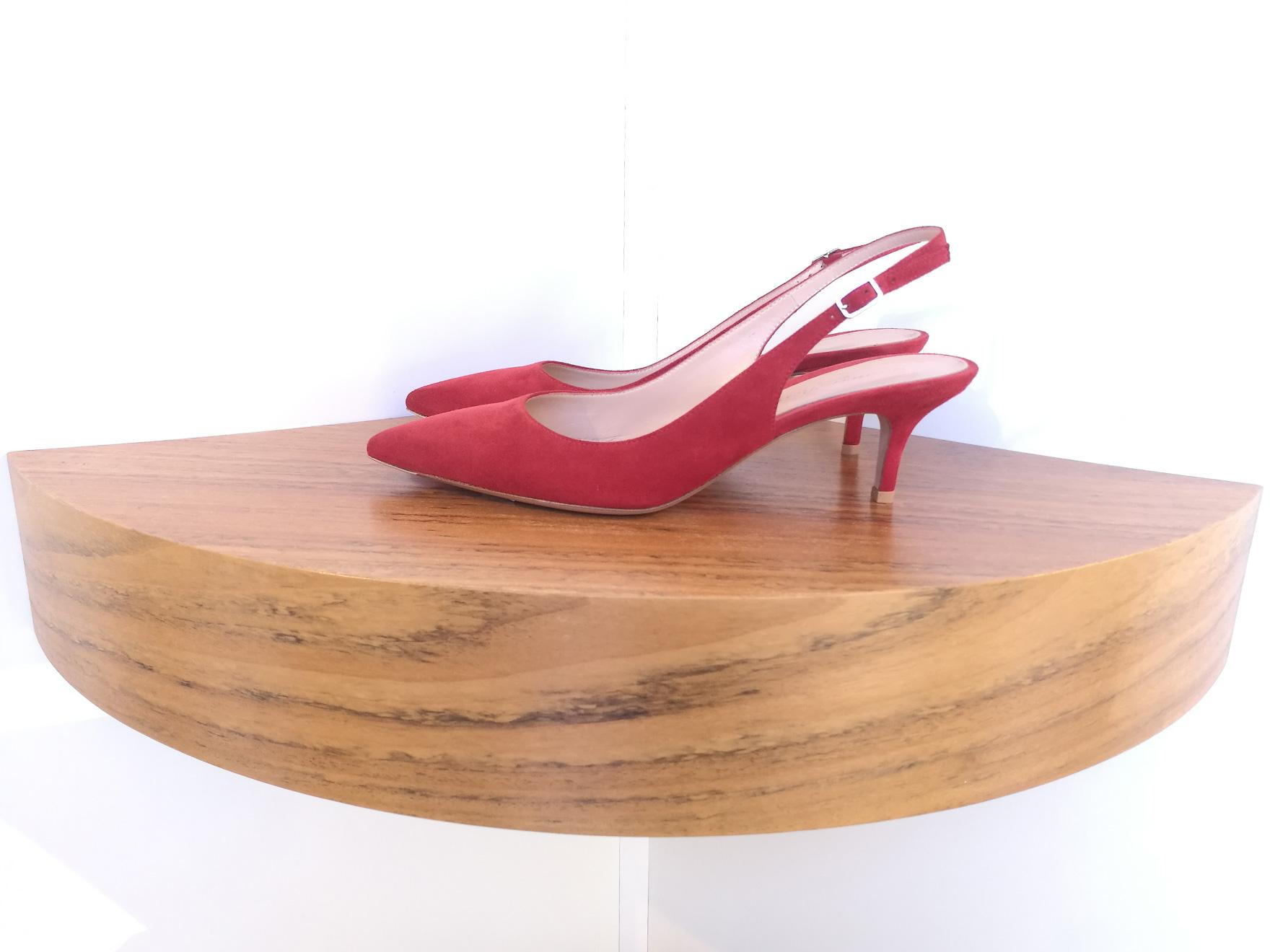 Zapato de salón de GIANVITO ROSSI de ante color rojo tabascoa y talón descubierto