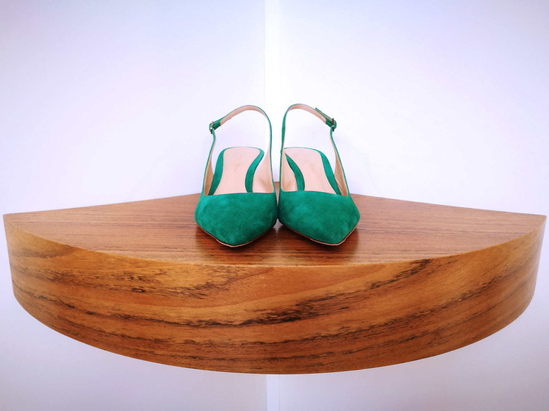 Zapato de salón de GIANVITO ROSSI de ante color verde esmeralda y talón descubierto