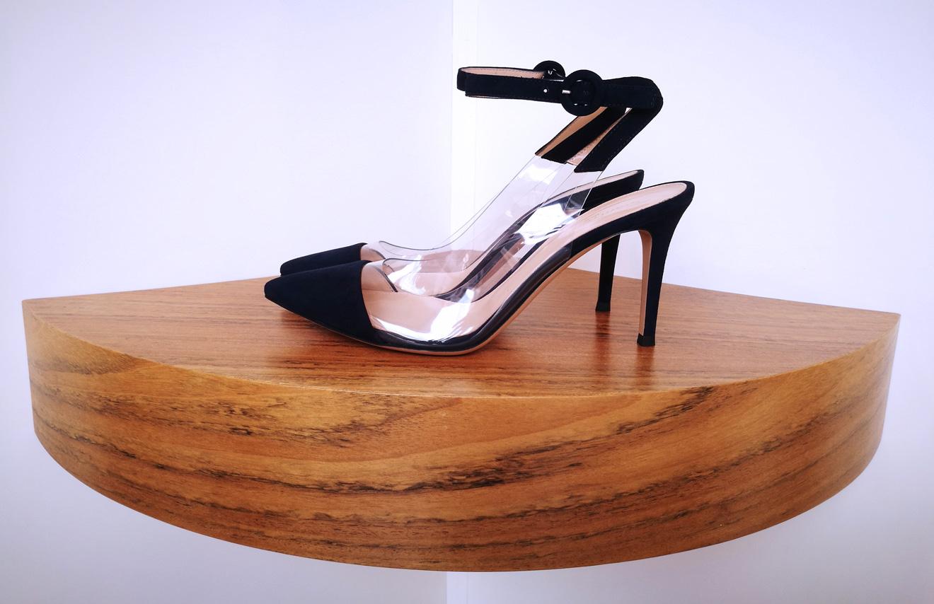 Zapato salón de GIANVITO ROSSI de vinilo y ante color negro, pulsera en tobillo y talón descubierto
