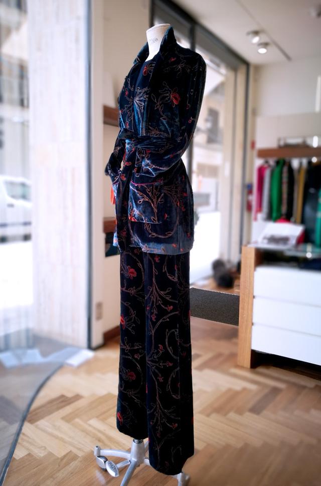 Chaqueta y pantalón de Etro de terciopelo estampado; bolso de Silvano Biagini - Colección Otoño Invierno 2018 2019 - Patos Valencia