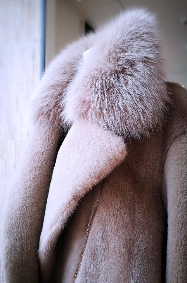 Chaqueta de piel de Blancha; Top de Max Moia; Pantalón de MSGM y Btas de piel color nude de Gianvito Rossi - Colección Otoño Invierno 2018 2019 - Patos Valencia