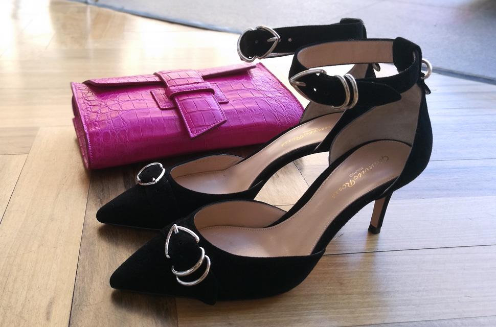 Bolso clutch de Silvano Biagini y zapato salón de Gianvito Rossi con pulsera