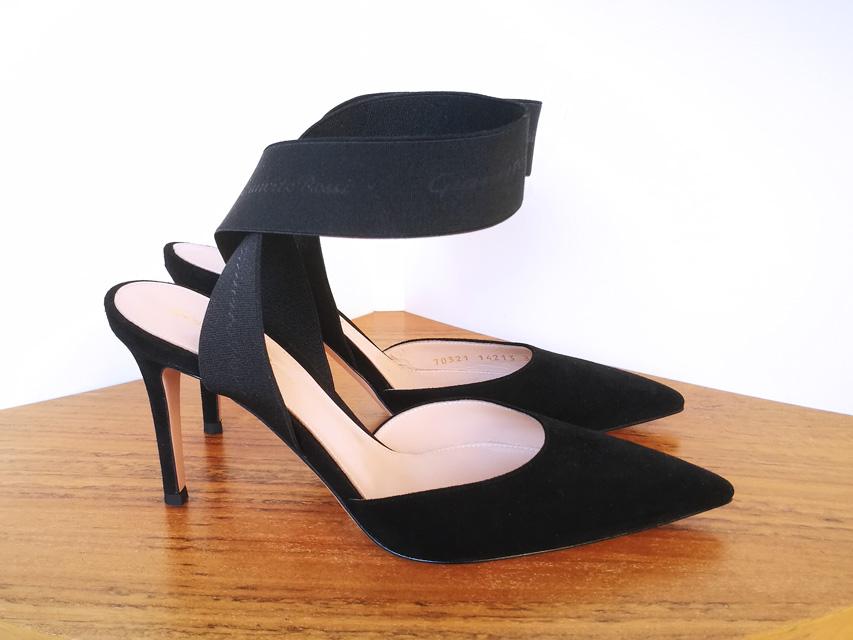 Zapato salón negro de Gianvito Rossi con pulsera de cintas elásticas