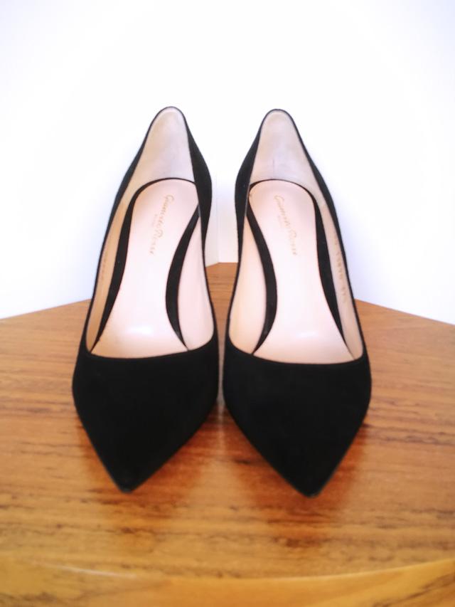 Zapato salón de ante negro y suela de cuero de Gianvito Rossi