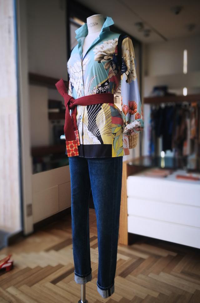 Camisa estampada y cinturón de ETRO 2019  y jeans de Citizens of Humanity - PATOS Valencia