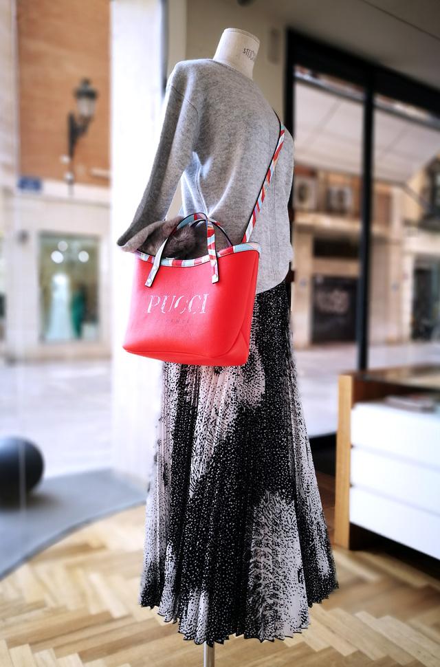 Falda de MSGM, pullover de Max Moi y bolso de Emilio Pucci 2019 - 2020 - PATOS Valencia