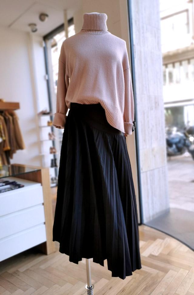 Pullover de ROBERTO COLLINA y falda de ROCHAS, otoño invierno 2020 / 2021 - PATOS VALENCIA